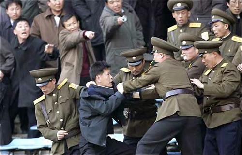 2005年3月、サッカーの国際試合で北朝鮮がイランに敗北を喫した試合で審判の判定に納得できないと保安員と揉める北朝鮮の観客。