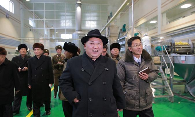 三池淵ジャガイモ粉生産工場を現地指導した金正恩氏(2017年12月6日付労働新聞より)