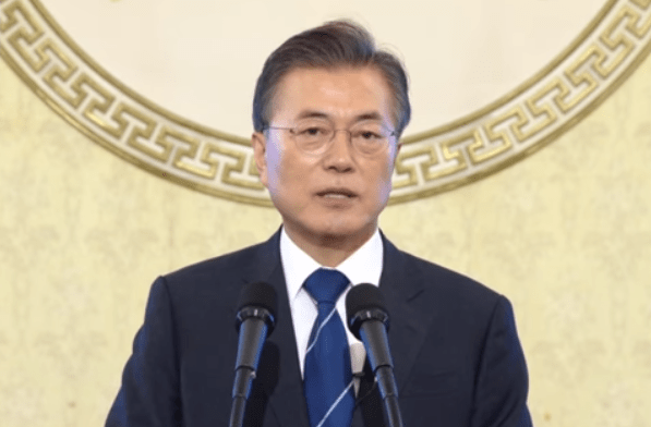 就任100日を迎え記者会見する韓国の文在寅大統領(韓国大統領府提供)